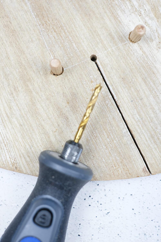 Schlitz sägen. DIY Monogram auf Pflanzen und Holz als Geschenk für den Valentinstag, von Gingered Things