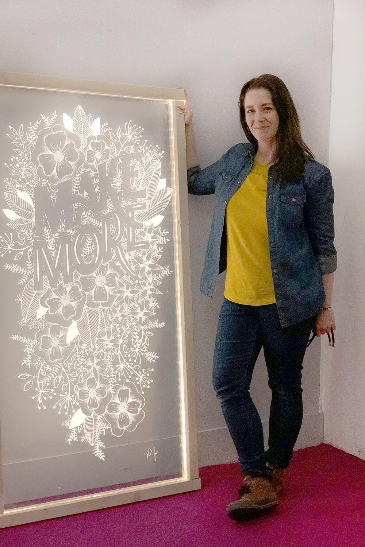 Die fertige Glaswand mit Daniela Fugger von Gingered Things