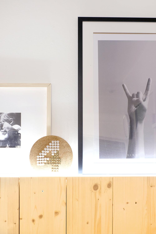 DIY Holzwand aus Fichte für den skandinavischen gemütlichen look im WOhnzimmer mit Licht