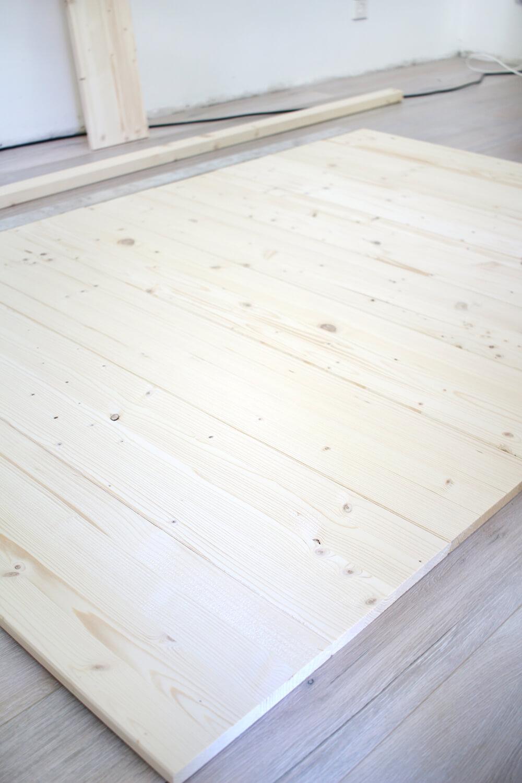 Bretter zum Anschrauben des Rahmenholzes auf den Boden legen
