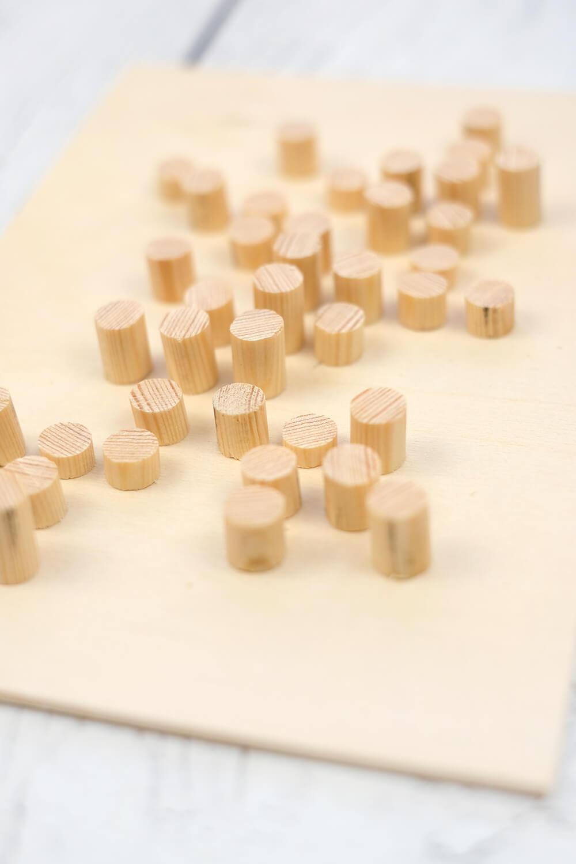 DIY Bild aus Rundhölzern von Gingered Things - Positionieren