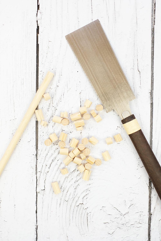 DIY Bild aus Rundhölzern von Gingered Things - Sägen