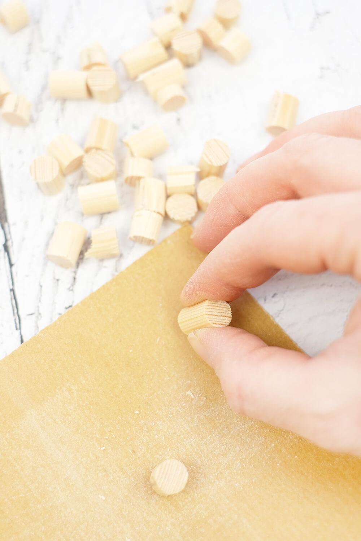 DIY Bild aus Rundhölzern von Gingered Things - schleifen