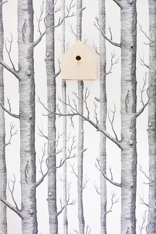 DIY Garderobe mit Birkenstämmen und Vogelhäuschenlampe von Gingered Things