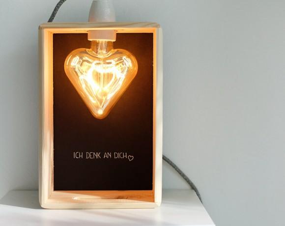 DIY Lampe mit LED Lampe in Herzform in Holzkiste als Muttertagsgeschenk