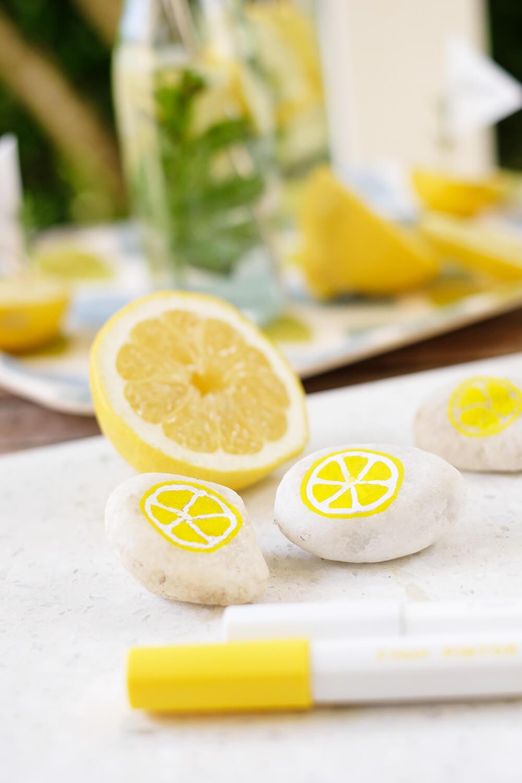 Steine bemalen - DIY sommerliche Partydeko mit Zitronen - Gingered Things