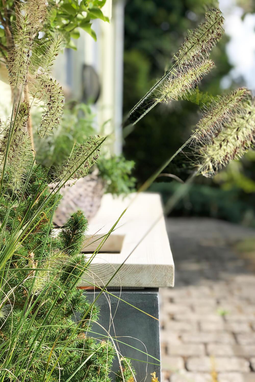 Gartenbank DIY aus Baudielen und Pflanzkübel schön dekoriert mit Gräsern - Gingered Things