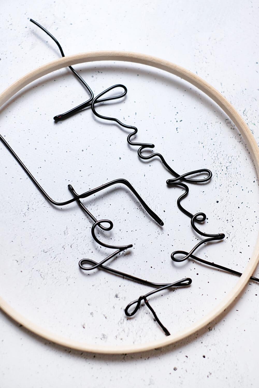 DIY Türkranz aus Stickrahmen und Draht - GIngered Things