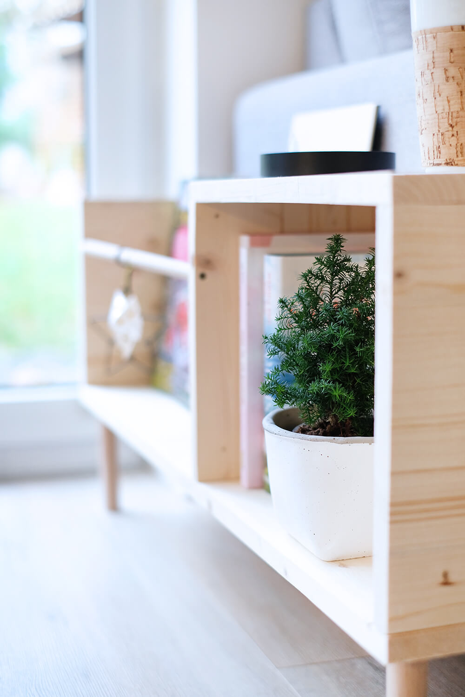 DIYnachten, Beistelltisch mit Ablage und Magazonhalter aus Holz - Gingered Things