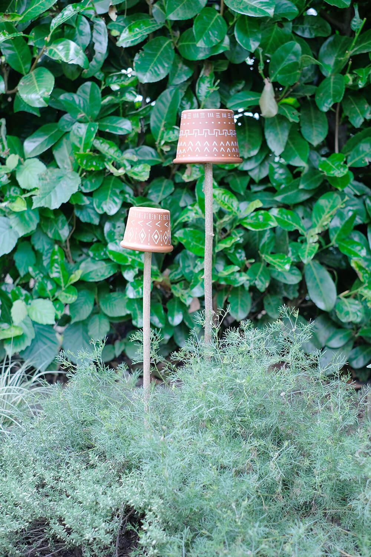 DIY mit Terrakotta Töpfen. Windlich oder Stecker für das Beet im Garten - Gingered Things