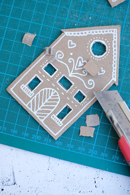 DIY Upcycling Weihnachtsdeko - Lebkuchenhäuser aus Pappkarton von Gingered Things