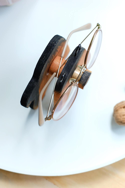 Niedlicher Brillenhalter aus Holz in Eichhörnchenform - Gingered Things